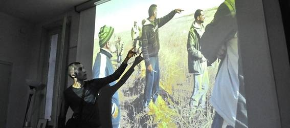 Álvaro Herráiz contando penurias de una familia palestina